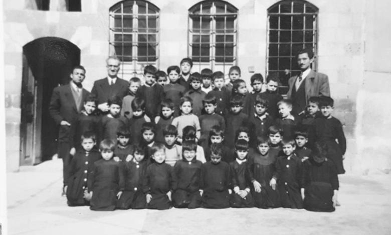طلاب ومدرسي مدرسة هاشم الأتاسي  في دمشق عام 1953 (2)