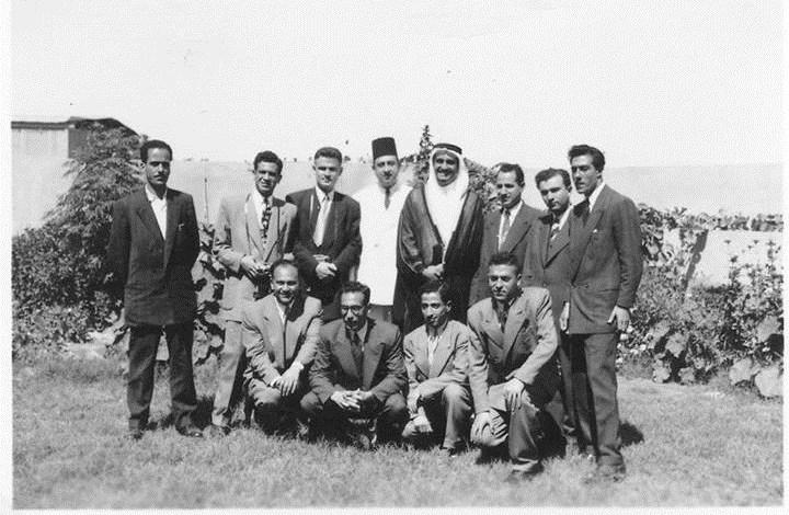 طلاب من جامعة دمشق مع الأمير فهد بن عبد العزيز في رحلة لهم إلى السعودية 1953