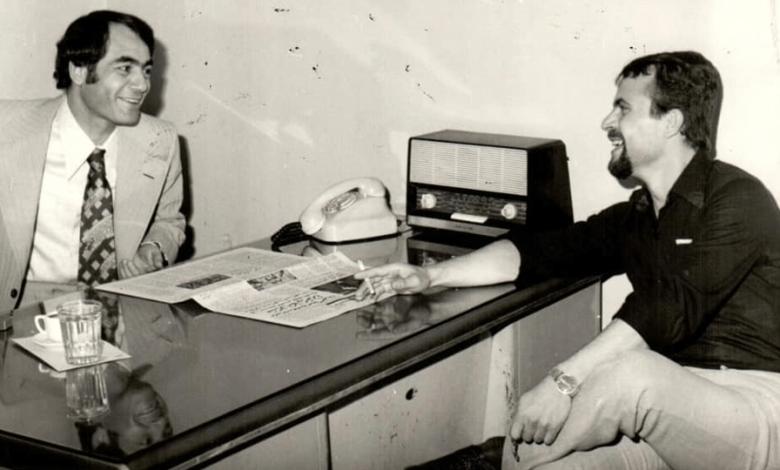 الشاعران فايز خضور ومحمود السيد في مبنى صحيفة الثورة في دمشق عام 1972م