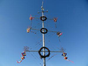 Mittsommerbaum mit Segelschiffen