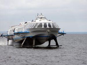 Hydrofoil Schnellfähren im Fahrwasser