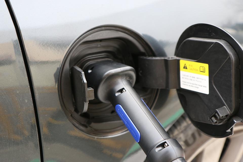 Il robot Volkswagen che ricarica le auto elettriche