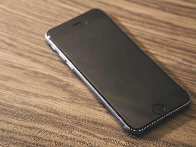 Cómo se arregla una Pantalla Negra de la Muerte en un iPhone