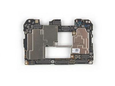 8 3 - شاهد تفكيك هاتف هواوي الرائد Huawei Mate 20 Pro وتعرف على مكوناته الداخلية