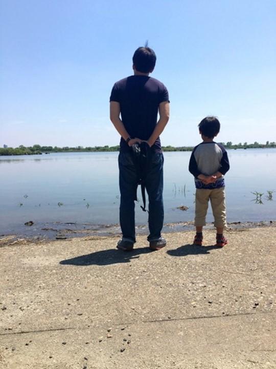 川辺の親子の写真