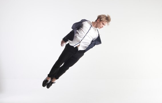 ポーズを決めるダンサーの写真