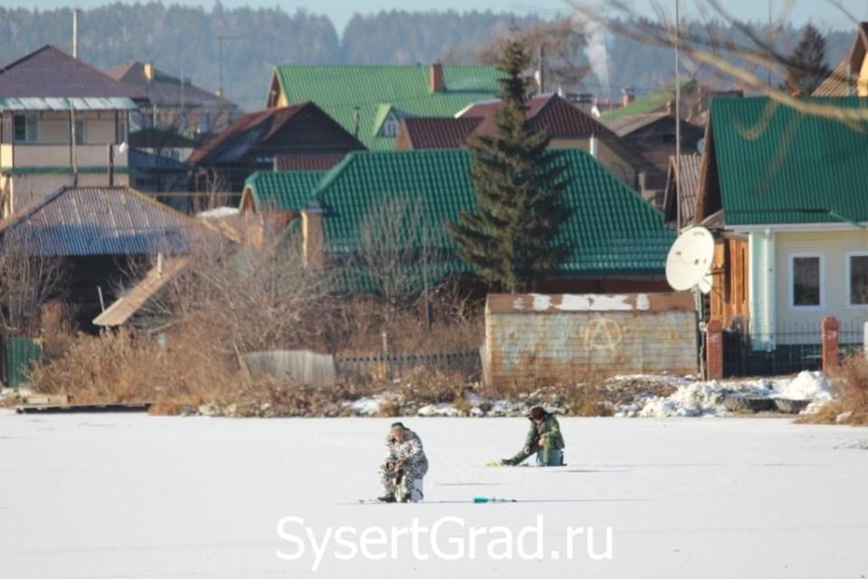 Сысертские рыбаки вышли на лед