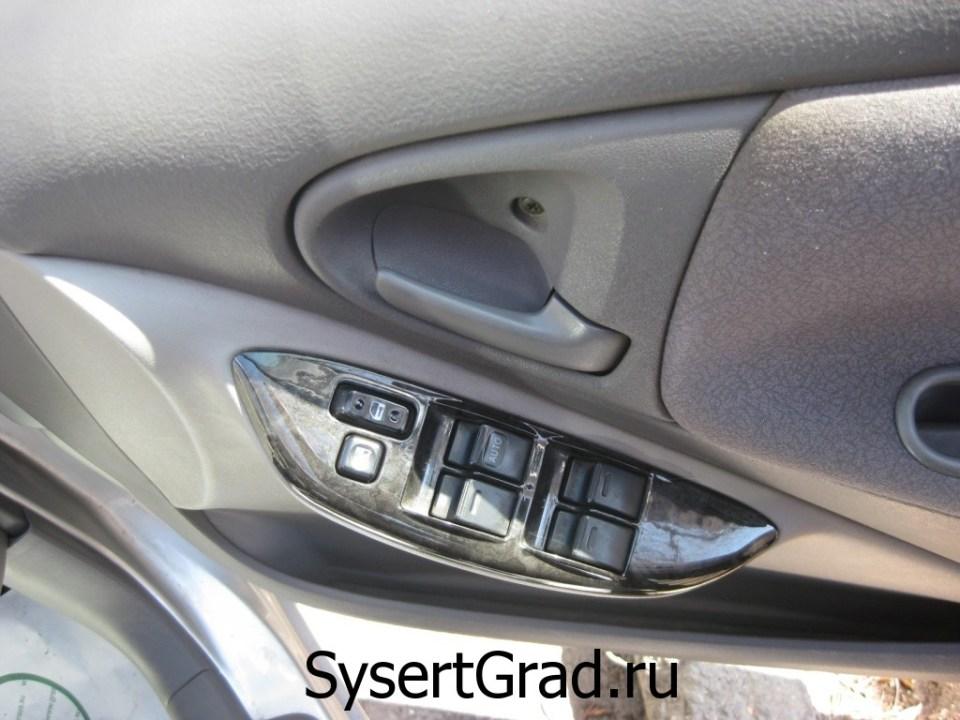 Блок управления на водительской двери в Toyota Platz