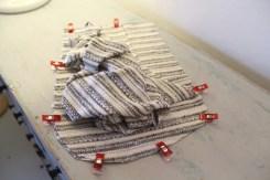 De to lommeposer skal ligge på denne måten; stoffet som sees overnpå er buksens forstykke.