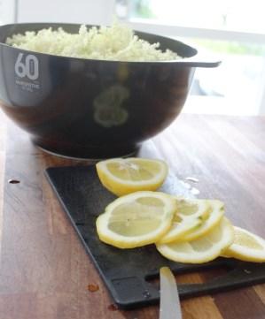 Sitroner vaskes grundig og skjæres i skiver - legg ovenpå blomstene