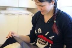 Andrea feirer jul med egen designet genser.