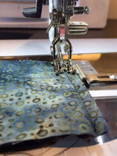 Med inchfoten er det lett å sy rette sømmer - linjalen som skrus fast sørger for konstant sømmonn