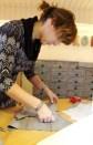 Full konsentrasjon når forstykket og sidepanelet skal sys sammen. En god ide å bruke klips på mønsterdelene i stedet for knappenåler