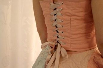 Detalje av korsettes lukning i ryggen