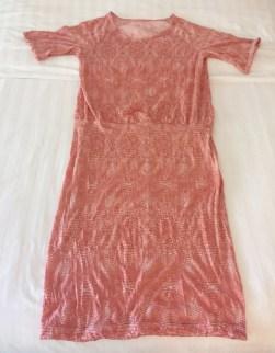 Kjolen begynner å ta form - genser og skjørt er sydd sammen ved å strekke uderdelen så den matcher overdelen i vidde