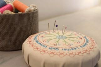 Fyll opp boksen med trådruller og sett noen knappenåler i midten - symaskinsnålene har jo sin egen plass!