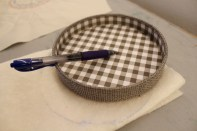 Jeg har brukt vatt for quilting som padding for nåleputen.Tegn rundt lokket og klipp ut