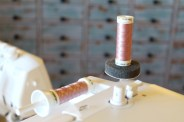 Gjør symaskinen klar med tvillingnål og tre med matchende tråd