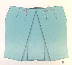 Det neste man gjør er å legge en fold fra hver side over den du lagde først - disse måler ca 8cm hver og overlapper den første