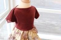 Enkel å sy og behagelig å ha på - viktige stikkord når man lager klær til barn. Overdelen er i myk chenille som er strechy og lekker mot huden. Båthalsen foldes på plass uten en stikning takket være chenillens karakter