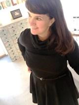 Kjolen har høy hals som er dobbelt og et flatterende rundklippet skjørt