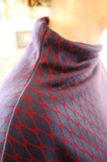 Halsen er klippet sammen med selve kjolesykket og gir en veldig stilig effekt - dette er også en utrolig enkel måte å lage en hals som ser utrolig flott ut. Et tips når du skal sy sammen skulder og halssømmen er å starte ved skulderens rette stykke og kjøre inn mot halsens kurve - da vlir det enklere å få delene til å ligge pent