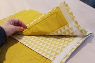 Jeg har laget lommer inne i etuiet og sydd borrelås i sidene som gjør at jeg kan åpne og lukke etuiet