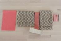 Sett fra venstre mot høyre ligger skjørtets forskjellige deler : Ribb til 3-åring 50x16 cm, Skjørtestoff 150x20cm, Tittekant 150x4 cm, Anorakksnor 150 cm, 2 x Kappe 150x15cm