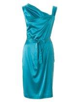 Kjolen har rynker over barmen og i livet som gir flott passform.