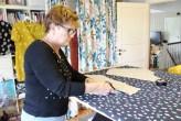 Mamma klipper ut mønsterdelene til neste kjole