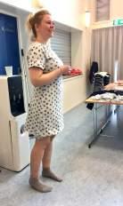 Det er smart å prøve kjolen på - uten klær under. Her er Berit igang med å bestemme lengden på kjolen - husk at om du bøyer deg fremover og setter i nåler så blir kjolen litt kortere enn du tror.