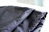 Stikningen følger sømmen og hjelper til med å holde overlocksømmen på plass inni buksebenet.