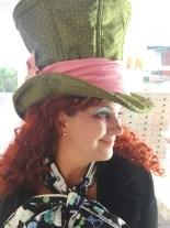 Ferdig hatt og en fornøyd cosplayer