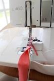 Lage tittekant ved å legge en anorakksnor inne i en remse med jerseystoff. Jeg har valgt å bruke samme stoff som i kragen