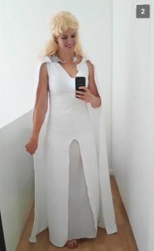 Med den blonde parykken og et underskjørt under kjolen samt dragesmykket er forvandlingen fullstendig