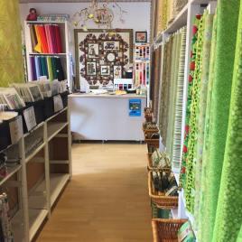 Deilig med en lokal quiltebutikk - jeg har kjørt forbi Butik Kastanja mange ganger uten å stoppe. Det kommer ikke til å skje mer - fantastisk service og utvalg av stoffer og tilbehør gjør denne butikken til en liten oase på Fyn.