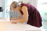 Andrea tegner og justerer på mønsteret