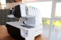 Coversømsmaskinen syr elastiske stikninger og Sanne stiftet sitt første bekjentskap med denne lille sjarmøren