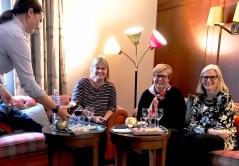 Et lite glass vin og hyggelig selskap av Anita, Barbro og Ingrid - spesiell og god service var det hele helgen på Calmar Stadshotell