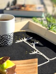 Kaffe, kake og en bok i solskinnet - oppskrift for en perfekt søndag.
