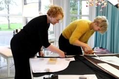 Det er deilig å ha et stort klippebord - Andrea og Sanne holder på med synkronklipping...