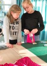 Alltid godt å få litt hjelp av storesøster - en fin måte å lære samarbeid på