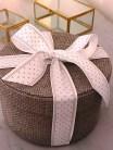 Julepynten er forsvarlig pakket inn - med en stor sløyfe så er dette en hyggelig gave å gi bort
