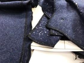 Alle delene til kjolen ble først overlocket og deretter sydd sammen med symaskin