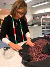 Man lærer så mye på kurset - her er Lill i full gang med å vise hvordan vi skal skonere kjolen