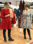 Så elegant og kvinnelig blir man i en panelsømskjole - morsomt å tenke på at man kan variere mønsteret og få helt forskjellige kjoler