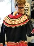 Det er jo ikke bare sydde klær som frister i atelieret - utrolig flotte hånstrikkende gensere med en twist er også fristende