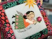 Denne nydelige Frida-engelen er min favoritt fra Fru Blomgren - elsker fargene og at motivet er en blanding av maskinbroderi og applikasjon