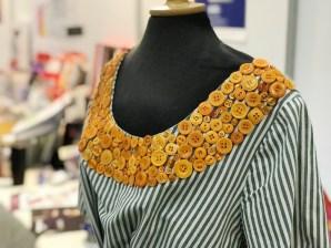 Jeg bare elsker denne kjolen og dekoren med alle knappene som Helle Lerche har laget