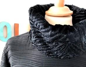 Målene for min krage er 60 cm som tilsvarer halsrigningen og 40 cm som først foldes dobbelt og sys fast og deretter foldes dobbelt igjen